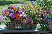 Bunter Strauß aus dem Bauerngarten mit Flammenblume, Ringelblume, Borretsch und unreifen Brombeeren in Tontopf, Anhänger mit Aufschrift Phlox