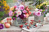 Herbststräuße aus Rosen, Astern und Hagebutten in Holzkisten