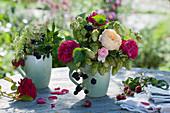 Kleine Herbststräuße mit Rosen, Hopfen, Brombeeren, Fencheldolde und Himbeeren in Kaffeetassen