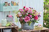 Herbststrauß mit Rosen, Fetthenne, Astern, Herbstanemone, Prachtkerze und Fencheldolden in Zinkgefäß