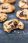 Angebissener Chocolate Chunk Cookie mit Tahini und Meersalz