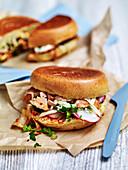 Brioche-Toasties mit Lachs und Kimchi