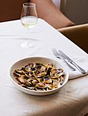 Venusmuscheln mit Pici (italienische Nudelsorte)