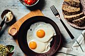 Spiegeleier in Pfanne zum Frühstück