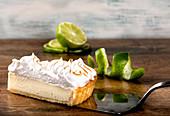 Ein Stück Lemon Pie mit Baiserhaube