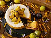 Kuchen mit gelben und blauen Pflaumen und Zuckerglasur