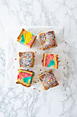 Rainbow-Brookie (Brownie mit Cookie-Kruste)