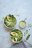 Grüne Bowl mit Brokkoli-'Reis', Avocado, Edamame und Erbsendressing