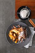 French Toast mit gebratenen Apfelspalten