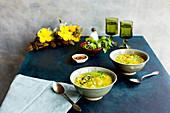 Curry-Kartoffelsuppe mit Erbsen in Schälchen auf Küchentisch