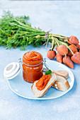 Karottenmarmelade und Baguette