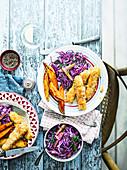 Knusprige Kabeljau-Fischstäbchen mit Süsskartoffelwedges und Rotkohlsalat