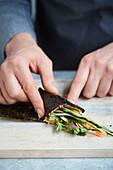 Temaki mit Gemüsereis, Avocado und Kräutern zubereiten