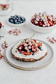 Kleine Beerentorte mit Sahne, Erdbeeren, Johannisbeeren und Blaubeeren