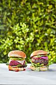 Veganer Burger und Burger mit Käsefüllung