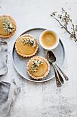Kleine Zitronentorteletts mit Passionsfrucht