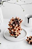 Ein Stapel vegane Waffeln mit Schokoladensauce
