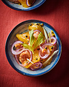 Citrus salad with prawns and red onions