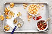 Frittierte Schwarzwurzeln, Gewürz-Popcorn, Chorizo-Mandeln als Toppings