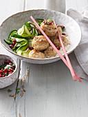 Sesam-Geflügel-Klößchen mit Zucchini-Noodles