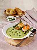 Grüner Spargel-Gazpacho mit Garnelenspießen