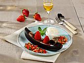 Gegrillte Bananengondeln mit Schokolade und Erdbeersalsa