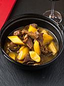 Heißer Topf mit Rindfleisch und Kartoffeln (China)