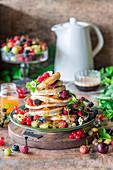 Pancakes mit Sommerbeeren und Honig