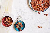 Datteln und Pflaumen im Speckmantel sowie pikante Snack-Mandeln (Fußballabend)