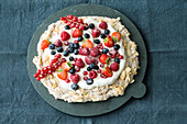 Low-carb almond meringue cake with fresh berries