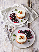 Yogurt dream with a Florentine crust and blueberry sauce