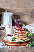 Pancakes mit Frischkäse und Kirschen