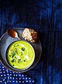 Lauch-Erbsen-Suppe mit Brunnenkresse
