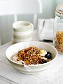 Honig-Knuspermüsli mit Mandeln und Aprikosen