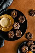 Dunkle Schokoladenplätzchen mit Sanddornmarmelade
