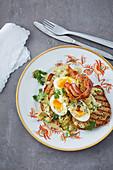 Würziges Eier-Curry auf Toast mit knusprigem Speck 'Madras'
