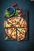 Gemüsepizza mit Zucchini, Datteltomaten, Oliven und Ricotta