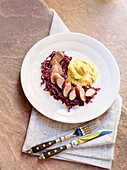 Sausage with mashed potatoes and spiced red cabbage
