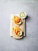 Knäckebrot mit Edamame-Hummus und Räucherlachs