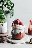 Schichtdessert mit Erdbeerpüree, Chia, Eis und Erdbeeren