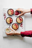 Mini tarts with tahini cream and raspberry powder
