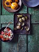 Artischockenblätter, Tomatensalat mit Dill und Frischkäse, Panierte fritierte Käsebällchen