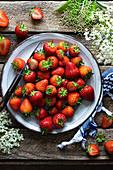 Frische Erdbeeren auf Teller