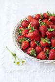 Frische Erdbeeren in einem Körbchen