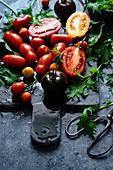Stilleben mit verschiedenen Tomatensorten