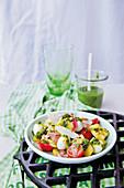 Pesto-Kartoffelsalat mit Mozzarella und Parmaschinken