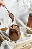 Veganer Schokoladen-Haselnuss-Aufstrich mit Cookies und Zimt