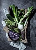 Stillleben mit grünem und violettem Gemüse
