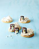 'Pinguine auf Eisscholle' (Marshmallows mit Schokoglasur)