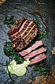 Gegrilltes Rib-Eye-Steak mit Algensalat